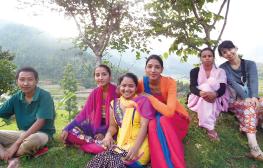 ネパールの研修にて、妊婦検診のアウトリーチ活動に同行。6時間かけて活動場所へ向かう途中でのひとコマ
